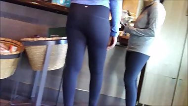 CANDID COLLEGE GIRLS ROUND BOOTY ATHLETIC LEGGINGS WHITE GIRLS VOYEUR SPY!!
